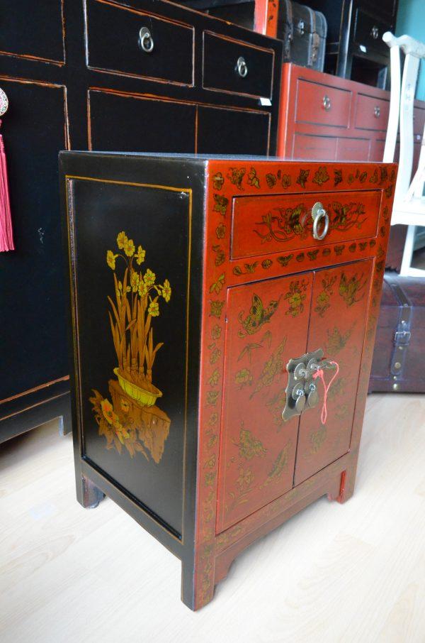 petit meuble chinois rouge entièrement décoré